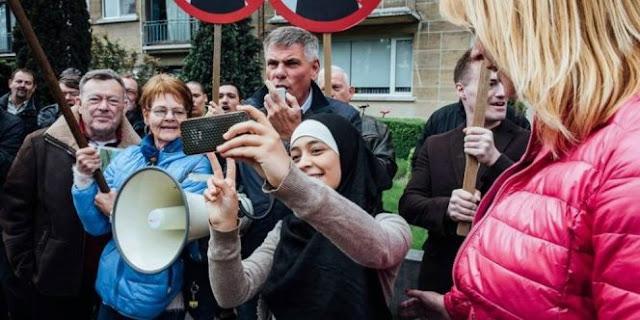 Selfie Di Tengah Para Pendemo Anti Islam, Hijaber Ini Tuai Pujian. Lihat Foto-Foto Beraninya