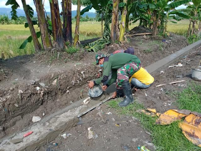 Wujudkan Kemanunggalan TNI Dan Rakyat,Babinsa Koramil 22 Wonosari Bantu Buat Talud