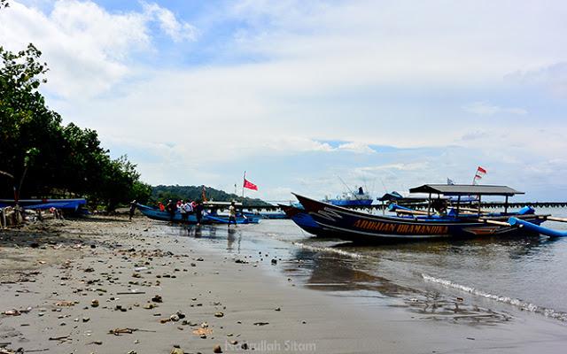 Sandar di tepian Pantai Karang Tengah, Nusakambangan