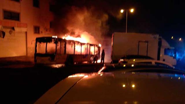El incendio de una guagua afecta a cinco vehículos estacionados, Las Palmas de Gran Canaria