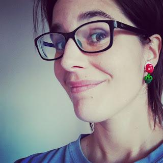 Foto de Ainoa Veas: mujer joven con gafas de pasta oscuras, pelo bastante corto y oscuro, de piel blanca.