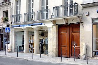 Paris : 67 rue de Turenne, ancien décor de boucherie, têtes de boeufs et crochets de fonte incongrus - IIIème