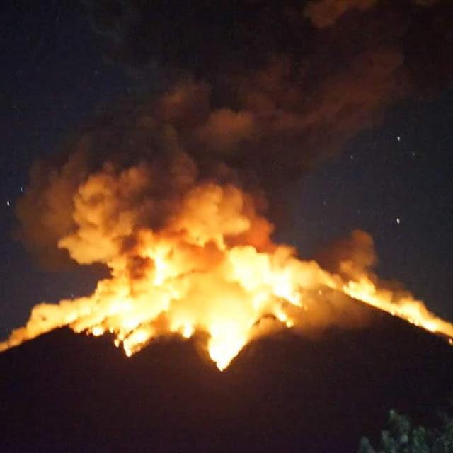 Gunung Agung Meletus Senin Malam