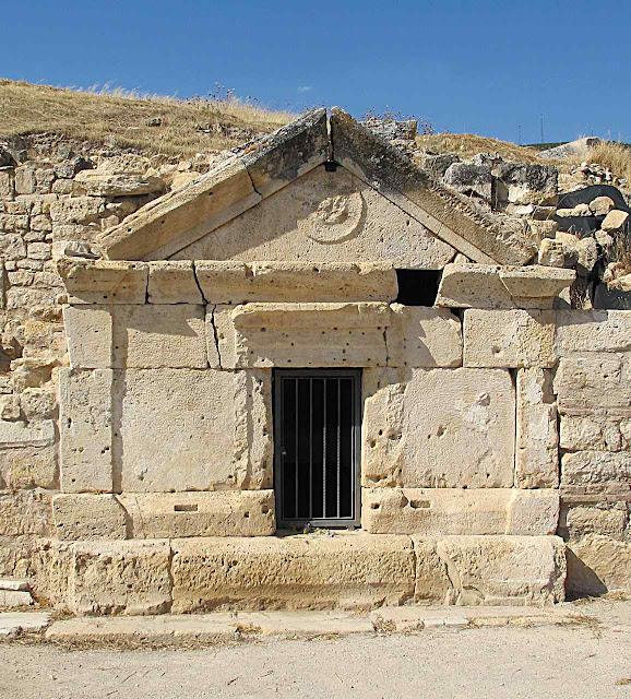 Túmulo romano onde repousaram originalmente os restos de São Filipe Apostolo.