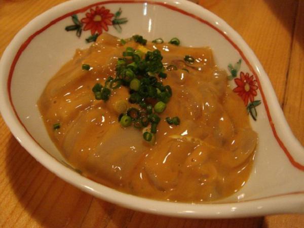 Món cá sống non ăn kèm với trứng của người Nhật Bản