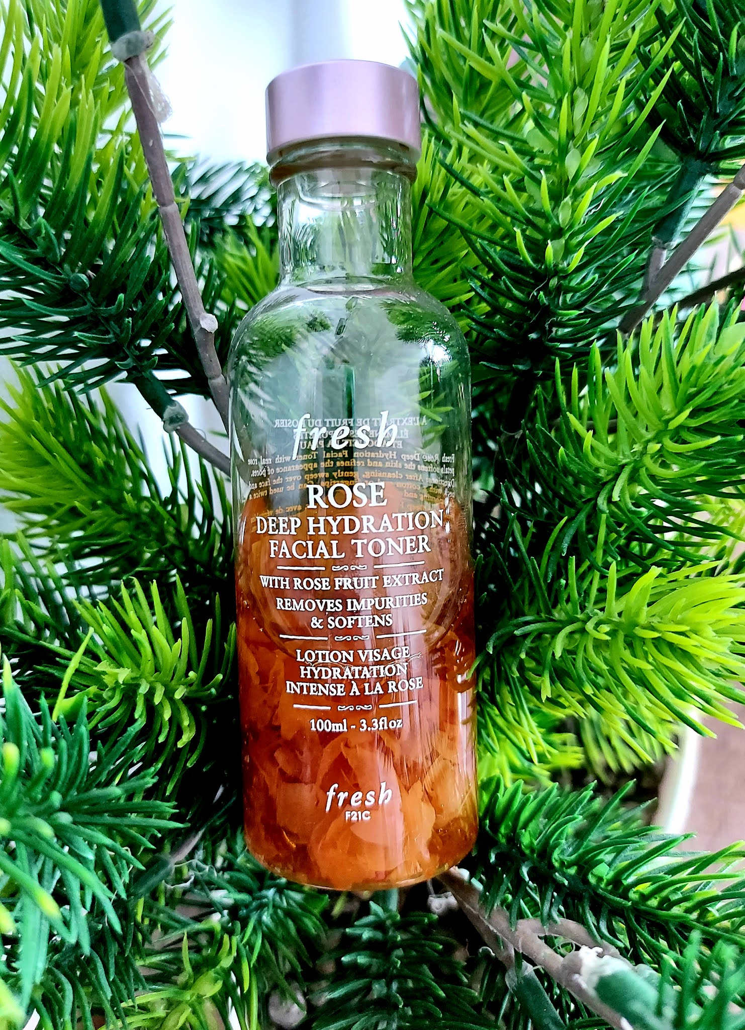 Rose Deep Hydration Facial Toner - tonik z platkami róż od marki Fresh Aneta Lason Beauty Talks