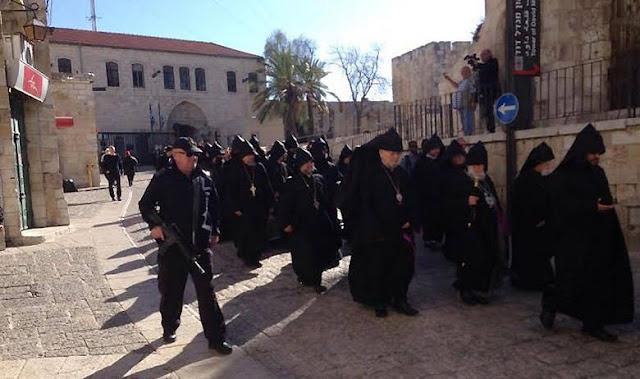 Multan a judío por escupir a sacerdote armenio