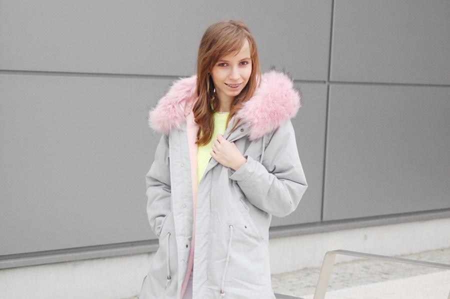 Zimowa stylizacja z szarą parką i różowym futerkiem