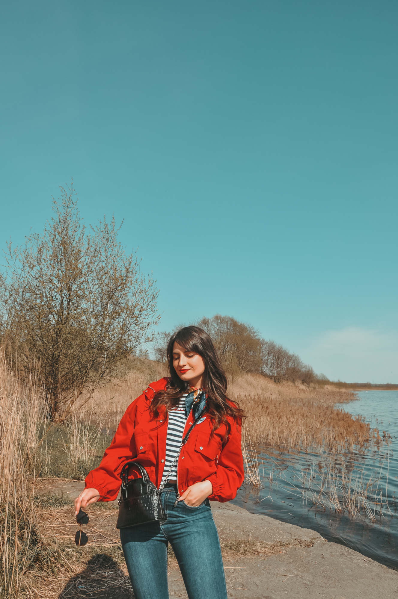 czerwona kurtka damska wiosenna - z czym nosić? Stylizacja