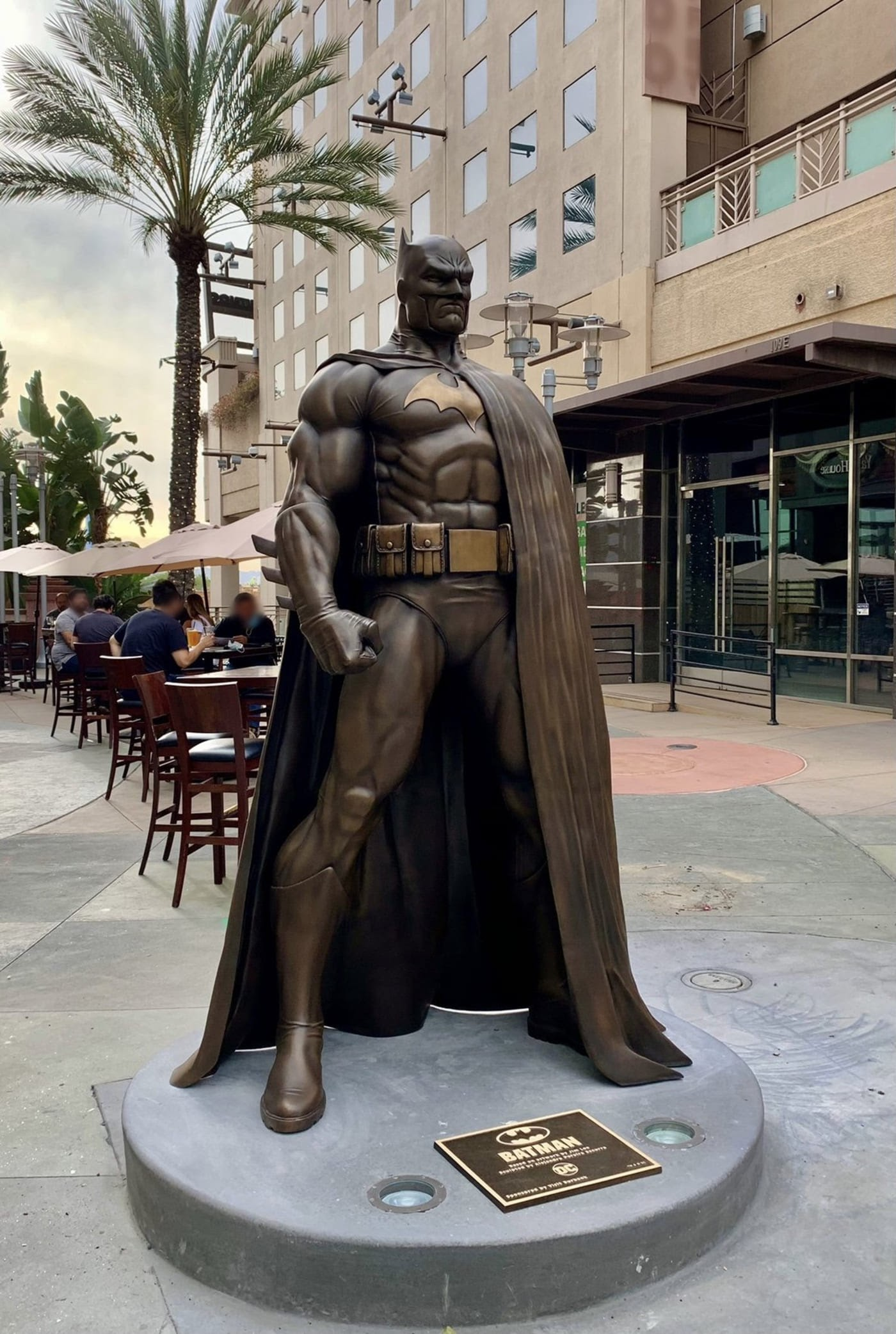 Batman statue in Burbank, California : カリフォルニアの陽射しを浴びて、健康的に立ち尽くすバットマンのブロンズ像がバーバンクに登場 ! !