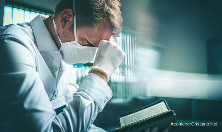 Médico orando