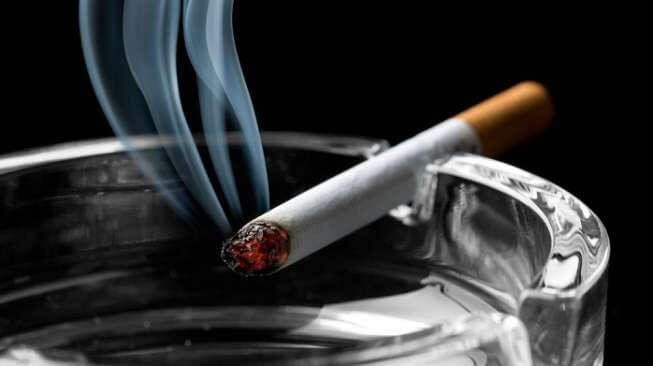 kesendirian-memungkinkan-seseorang-untuk-merokok