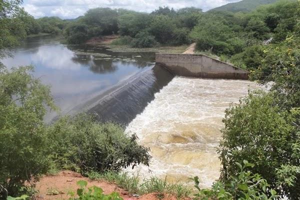 Após os períodos chuvosos que vieram com abundância à região, tranquilizando com relação à problemas hídricos, a barragem de Ponto Novo atingiu na última terça-feira (02), 100% de sua capacidade total.