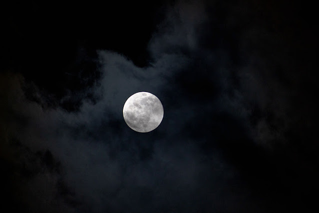 Full frame, 300mm, 1/30 second, DSLR super moon through the clouds (Source: Palmia Observatory)