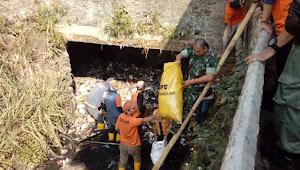 Sub 07-22, Terus Mencari dan Membersihkan Titik Sampah Yang Ada di Wilayah Tugasnya