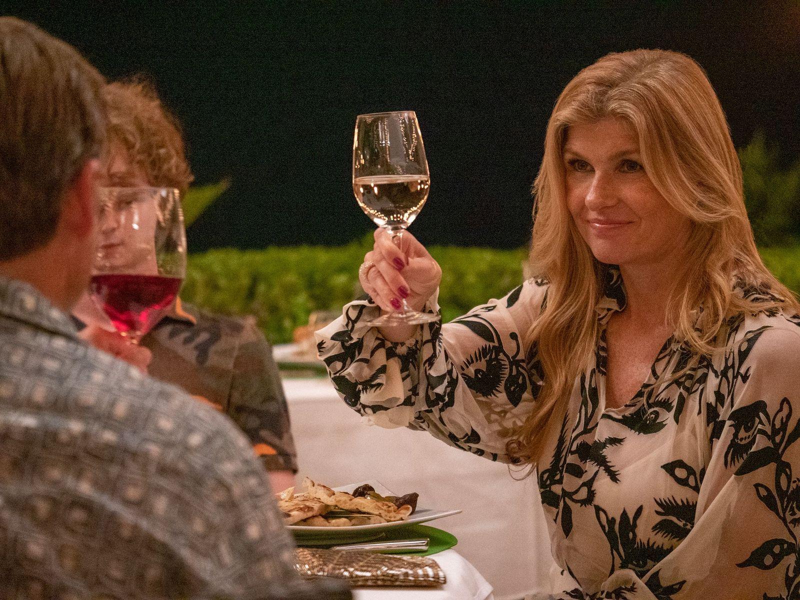 Connie Britton en una escena de 'The White Lotus', la nueva miniserie de Mike White para HBO España