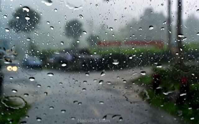 Hujan lebat di area perkebunan Teh Kemuning, Karanganyar