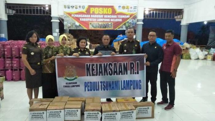 Kejaksaan Agung RI dan Ikatan Adhyaksa Dharmakarini Peduli Bantu Korban Tsunami Di Lamsel.