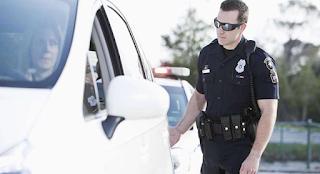 Γιατί οι αστυνομικοί αγγίζουν το πίσω μέρος των αυτοκινήτων όταν κάνουν τυπικούς ελέγχους σε οδηγούς;