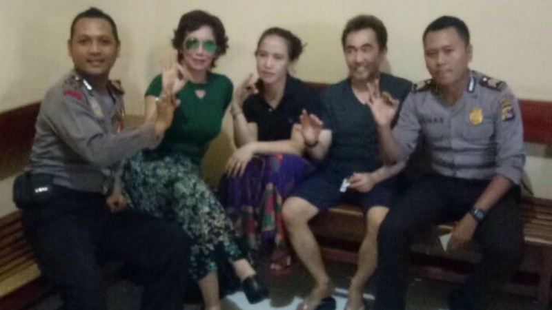 2 polisi selfie bareng Reza Artamevia dan Gatot Brajamusti