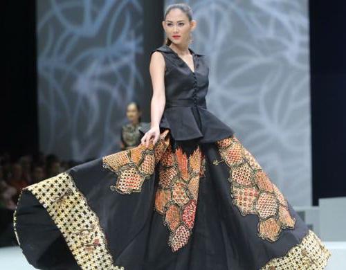Tinuku Irma Lumiga bring batik pattern typical Sekar Jagad Banyuwangi in Indonesia Fashion Week (IFW) 2017