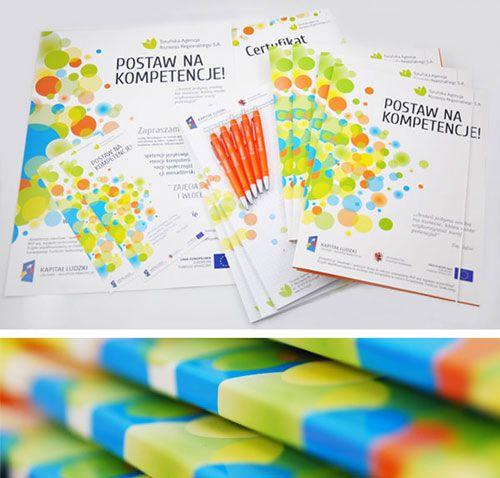 Kombinasi warna ceria dan elemen grafis dalam desain brosur