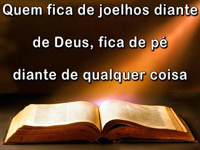 Frase Evangélica Quem Fica De Joelhos Diante De Deus Rádio