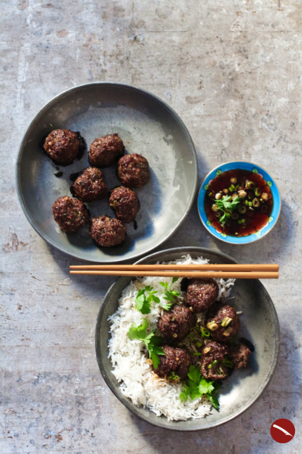 Rezept für besonders saftige, spicy gewürzte, koreanische Fleischbällchen auf luftigem Kokosreis (Korean Barbecue-Style Meatballs) im foodblog #tomatensauce #spaghetti #asia #wolkig_mit_aussicht #bbq #rezept #einfach #schwedische #köttbullar #spaghetti #spanische #italienische #suppe #fingerfood #ofen #koreanisch #spicy #meatballs #foodblog #reis #kokos #ingwer #chili #ritzcracker