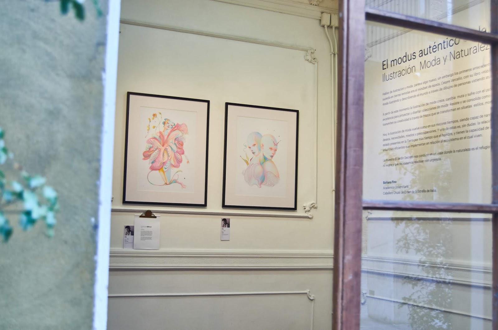 Sala de la exhibición se observa ilustración de Christian Orrillo