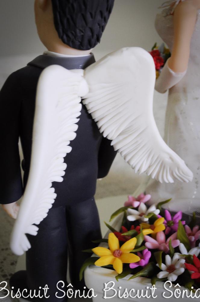 Noivo com asas e noiva na jardineira, biscuit.