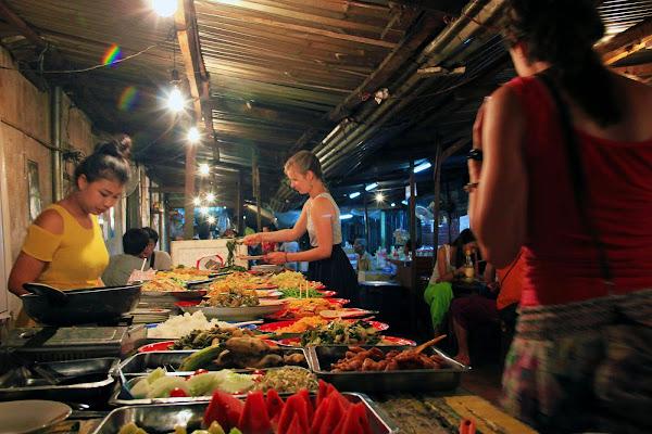 Carne a la parrilla en el mercado nocturno de Luang Prabang