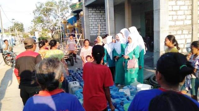 Tak Mau Kalah, Fatayat NU di Gresik Bagikan Air Bersih
