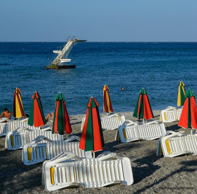 Estrutura para banhistas nas praias de Rodes, Grécia