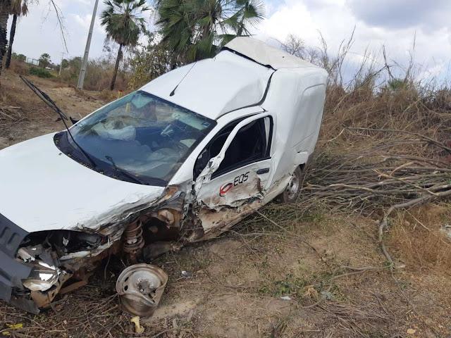 Colisão entre carro e duas carretas deixa duas pessoas feridas na BR-343 no Piauí