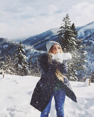 pose jugando con la nieve