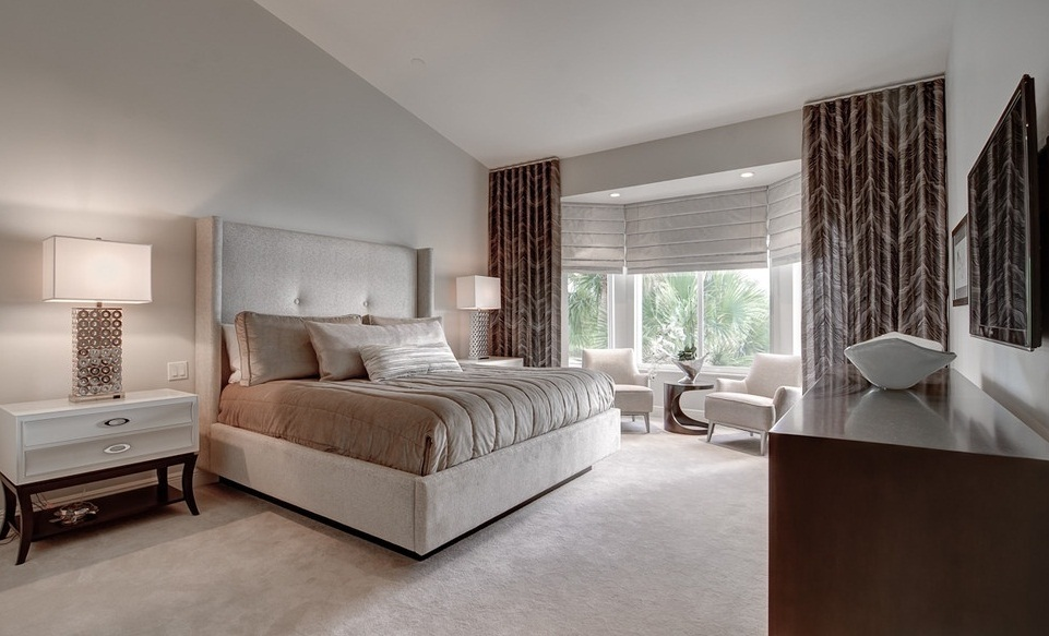 Decorate a Master Bedroom With Bay Windows