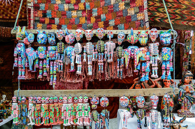 Artesanato representando deuses e espíritos maias vendido no Mercado de Chichicastenango