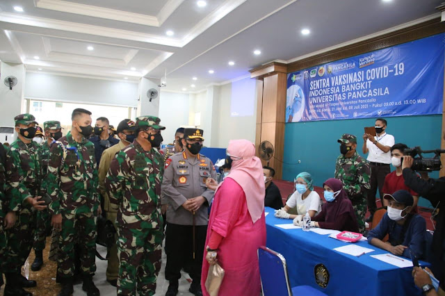 Kapolri Jenderal Listyo Sigit Prabowo dan Panglima TNI Marsekal Hadi Tjahjanto, saat keduanya memberikan sambutan pada agenda peninjauan secara langsung proses vaksinasi, di Universitas Pancasila, Jagakarsa, Jakarta Selatan, Senin (05/07/2021)