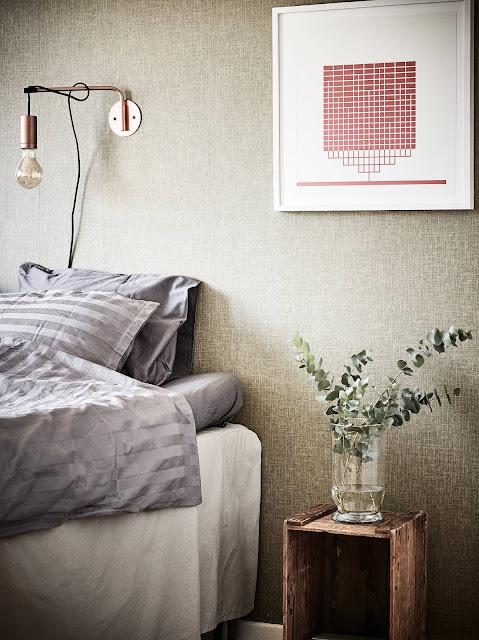 oryginalna szafka nocna, tapeta do sypialni, tapeta w stylu skandynawskim
