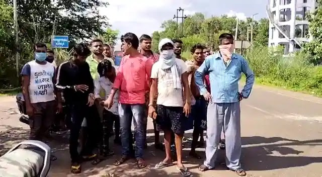 মঙ্গলবার রাত থেকে বিদ্যুৎ না থাকায় রাস্তা অবরোধ গ্রামবাসীদের