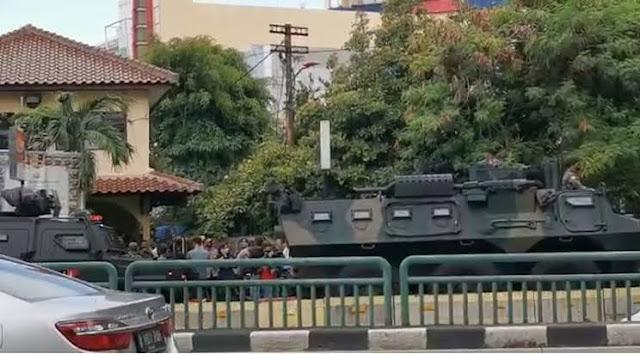Melintas di Glodok, Tank TNI dan Baracuda Polri Bikin Heboh Warga