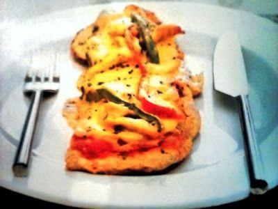 Receta de pizza de pollo. Porción en un plato con cubiertos