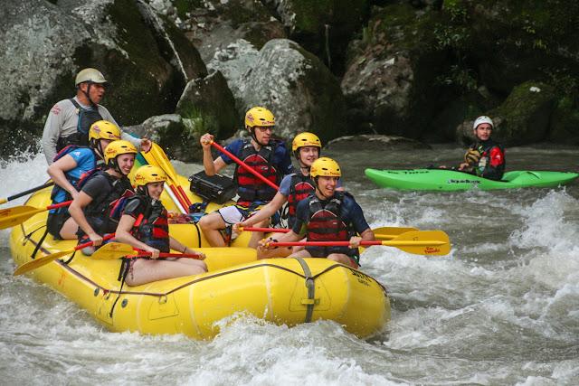La balsa con kayakista de salvamento cerca