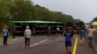 Kecelakaan Tol Cipularang, Kontainer Terguling Timpa Mobil Lain, Lalu Lintas Arah Jakarta Macet