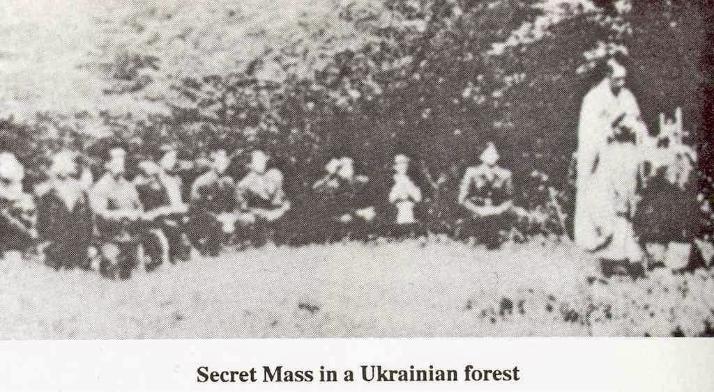 Missa clandestina num bosque na Ucrânia sob governo comunista