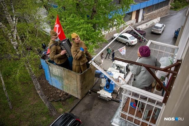 Автовышка и баянист в маске: в Новосибирске решили не идти простыми путями, поздравляя ветеранов