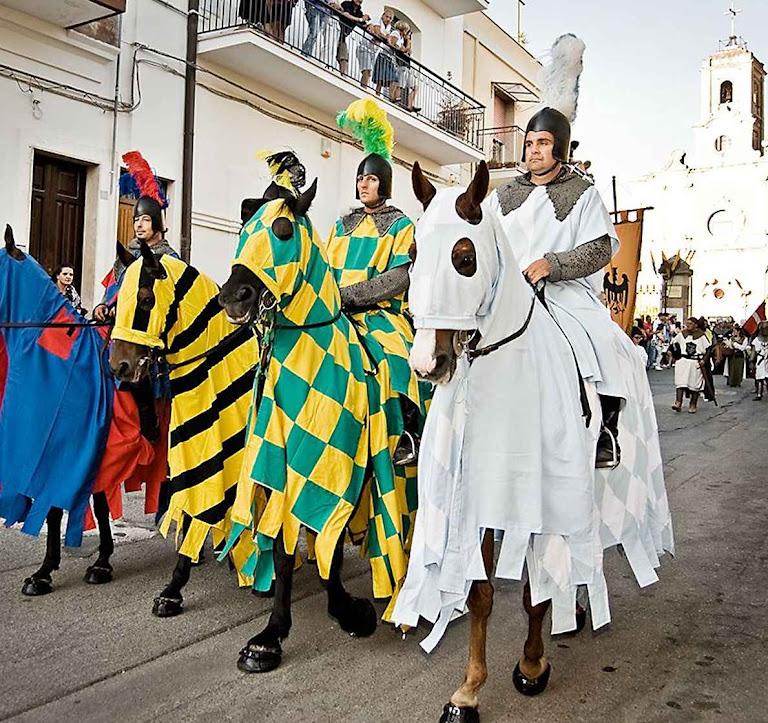 O nobre tinha a obrigação de defender a comunidade de burgueses e camponeses, agindo como militar, policial e guardabosques. Parada histórica em Oria, Itália.