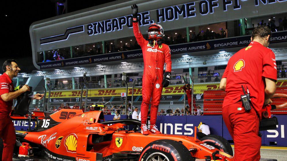 rapido-leclerc-conquista-pole-da-ferrari-em-singapura-a-frente-de-hamilton