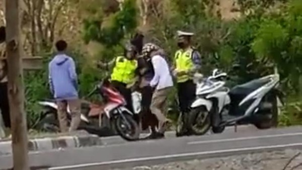 Viral Video Anggota Polantas Bima Pukul-Tendang Pemotor, Kapolres Minta Maaf