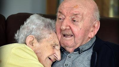 Madre vuelve a cuidar de su hijo de 80 años